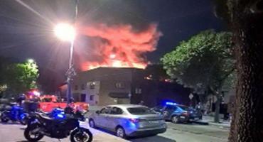 Impresionante incendio en un salón de fiestas en Parque Chacabuco
