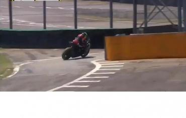 Tragedia en el Superbike de Brasil: perdió el control de su moto y se estrelló contra una torre metálica