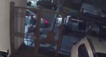 Video: Golpearon y arrastraron por el piso a dos chicas para robarles una mochila