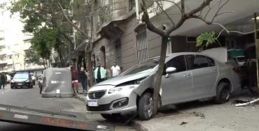 Choque en Recoleta: perdió el control, chocó a tres autos estacionados y dejó uno incrustado en un árbol