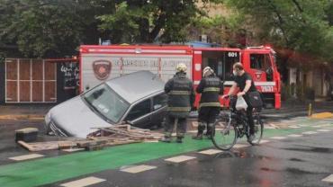 Auto quedó atrapado tras derribar un pequeño corralito de obras en Palermo: