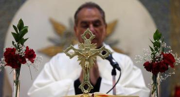 Un sacerdote brasileño no puede parar su risa en medio de una misa y se vuelve viral
