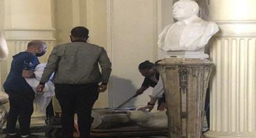 Durante los desmanes en la Rosada, el busto de Yrigoyen cayó al piso y sufrió roturas