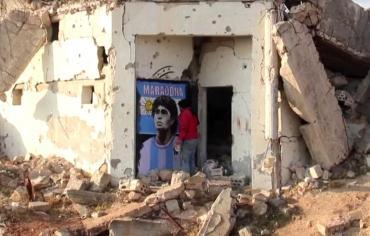 El homenaje menos pensado: artista pinta imagen de Maradona en edificio en ruinas por guerra en Siria