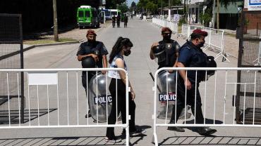 Cerca de 200 policías custodian acceso al cementerio donde descansan los restos de Maradona