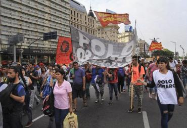 Corte en avenida 9 de Julio por manifestación de agrupaciones de izquierda reclamando más asistencia estatal