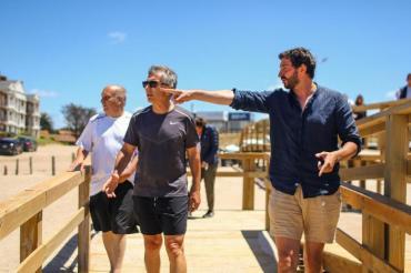 Mauricio Macri estuvo en las playas de Pinamar y jugó pádel con el intendente Martín Yeza