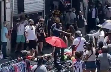 VIDEO: batalla campal entre manteros y comerciantes en Flores