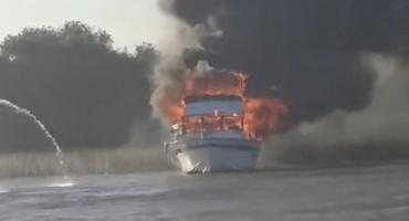 VIDEO: Voraz incendio de un crucero en el Río San Antonio