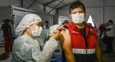¿Es correcto vacunar contra el coronavirus sin guantes de latex?: la respuesta de especialistas