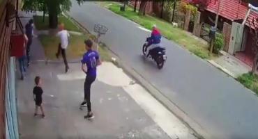 VIDEO: nene de dos años quedó en medio de ataque de motochorros cuando asaltaron a su madre