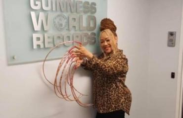 La mujer con las uñas más largas del mundo las vende por una cifra millonaria