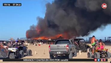 Pánico en Pinamar: voraz incendio destruyó un parador en la playa, pudo ser una tragedia