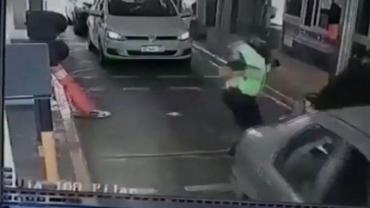 Violencia en Panamericana: policía agredió salvajemente a motociclista que intentó pasar sin pagar peaje
