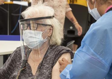 Comenzó la campaña de vacunación masiva de adultos mayores de 80 años en Ciudad de Buenos Aires