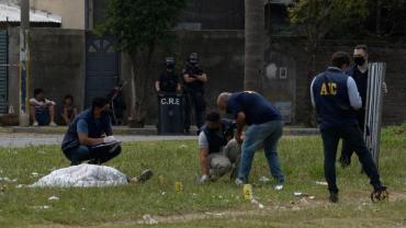 Lo acribillaron en el funeral de su hermano asesinado e investigan una venganza narco