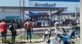 VIDEO: entre lágrimas, el dueño del frigorífico ArreBeef anunció el cierre ante sus empleados