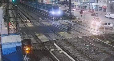 VIDEO: un tren del Sarmiento embistió un auto en Ramos Mejía