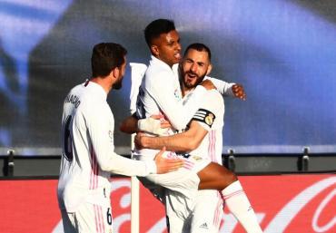 De la mano de Benzema y con un agónico gol, Real Madrid venció a Elche y sigue prendido en La Liga
