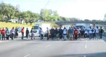 Trabajadores de la salud cortan Avenida General Paz, altura Avenida San Martín