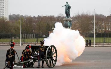 Con salvas nacionales, rosas y banderas a media asta, el Reino Unido despide al príncipe Felipe