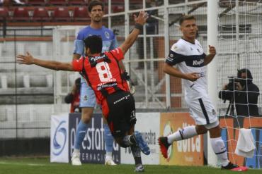 Patronato no tuvo piedad y goleó a Gimnasia y Esgrima de La Plata por 4 a 1 en Paraná