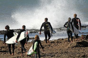Hacia una ola desconocida: la aventura del mejor equipo de surf
