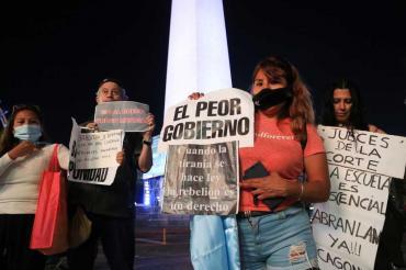 Manifestantes que desafiaban las restricciones intentaron ingresar a Casa Rosada y se enfrentaron con la Policía