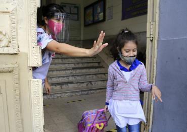 Gobierno bonaerense habilitó a que se retomen algunas prácticas presenciales en escuelas