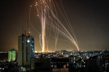 Tensión en Medio Oriente: Hamas disparó 130 cohetes contra Tel Aviv en respuesta al ataque aéreo israelí