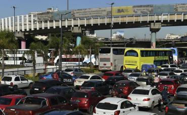 Caos vehicular en Centro porteño por tercer día de protesta y piquete de choferes de micros de turismo