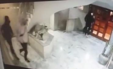 VIDEO: esperó que su vecino bajara a pasear el perro y lo apuñaló en el hall de un edificio en Mar del Plata