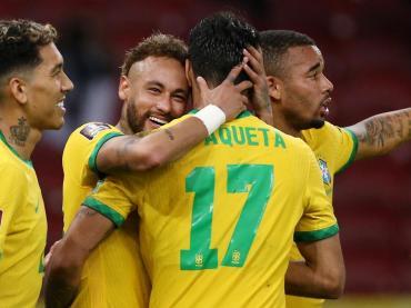 Brasil, con poco, venció a Ecuador por 2 a 0 y sigue firme arriba