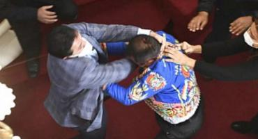 VIDEO: escándalo y golpes en el Congreso de Bolivia en plena sesión
