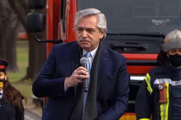 Alberto Fernández, con Bomberos Voluntarios: