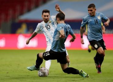 Messi brilló, Argentina derrotó 1-0 a Uruguay y consiguió su primer triunfo en la Copa América