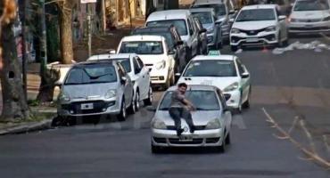 La historia detrás del hombre que se tiró sobre el capó de un auto a toda velocidad