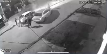 Violento robo piraña en Ingeniero Budge: le robaron el auto a un hombre, su esposa embarazada y su hijo de 3 años
