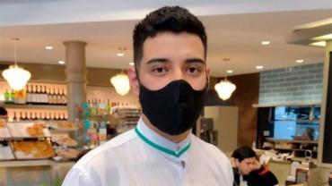 Joven mozo devolvió los 800 mil pesos que encontró en una mesa del bar que atendía