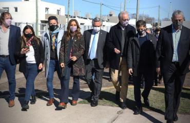 Alberto Fernández, Axel Kicillof y el intendente Gustavo Menéndez entregaron viviendas a la gente en municipio de Merlo