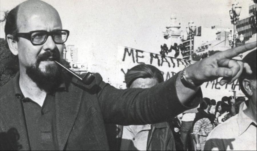 Rodolfo Ortega Peña en una marcha de obreros de la fábrica Insud