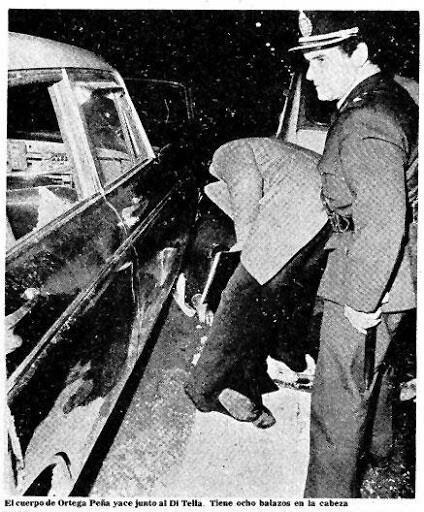 El cuerpo de Ortega Peña junto a Di Tella