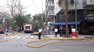 Incendio en un edificio de Palermo: los bomberos intentan controlar el fuego