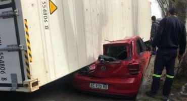 Un camión volcó y el contenedor aplastó a dos autos estacionados en la zona del puerto de Buenos Aires