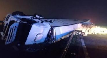 Imágenes que duelen: saquearon un camión con alimentos que volcó en la Autopista Panamericana