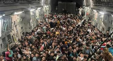 Impactante: afganos huyeron en la bodega de un avión militar