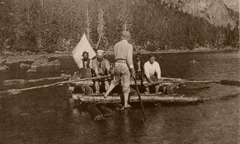 Navegando por el Lago Traful en 1896, a la izquierda Moreno manejando un remo
