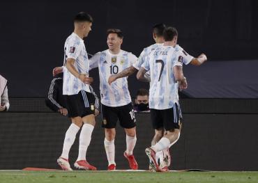 Con un triplete de Messi, Argentina goleó a Bolivia en el regreso de los hinchas al estadio y la fiesta fue completa