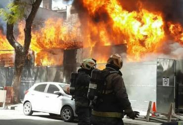 VIDEO Y FOTOS IMPACTANTES: voraz incendio en una obra en construcción del barrio de Palermo