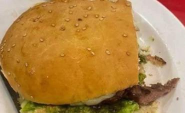 Horror en Bolivia: estaba comiendo una hamburguesa y encontró un dedo humano